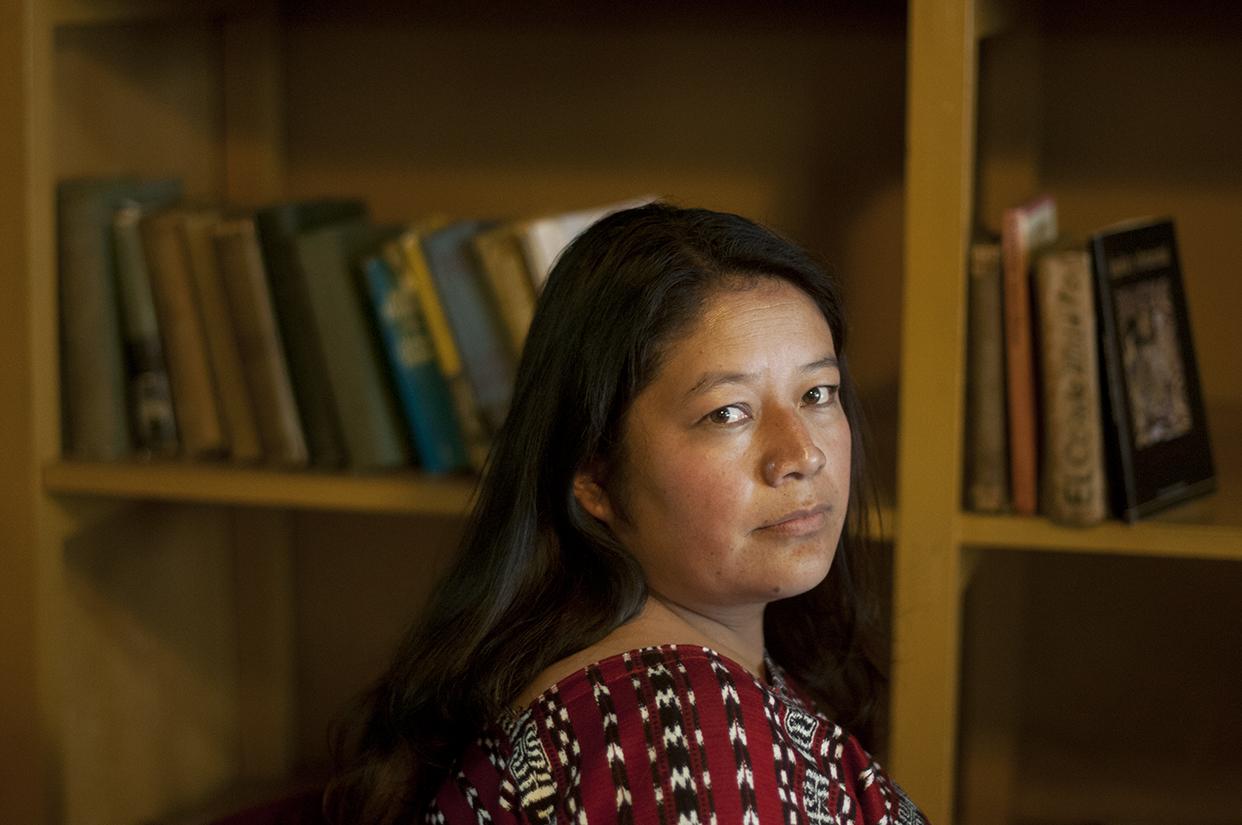 Gladys Tzul Tzul se especializa en analizar los sistemas de gobierno indígena que existen en Guatemala, sus relaciones de poder, y la pugna que se da entre las formas de gobiernos locales y la autoridad del Estado.