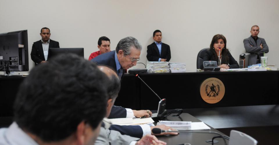 El general retirado José Efraín Ríos Montt notifica a la jueza Carol Patricia Flores que sus abogados lo representan. Fotografías de Sandra Sebatián