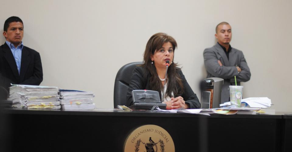 La jueza Carol Patricia Flores Flores determinó que el caso regresa a una etapa intermedia, lo que significa que las audiencias del juicio quedan sin validez.