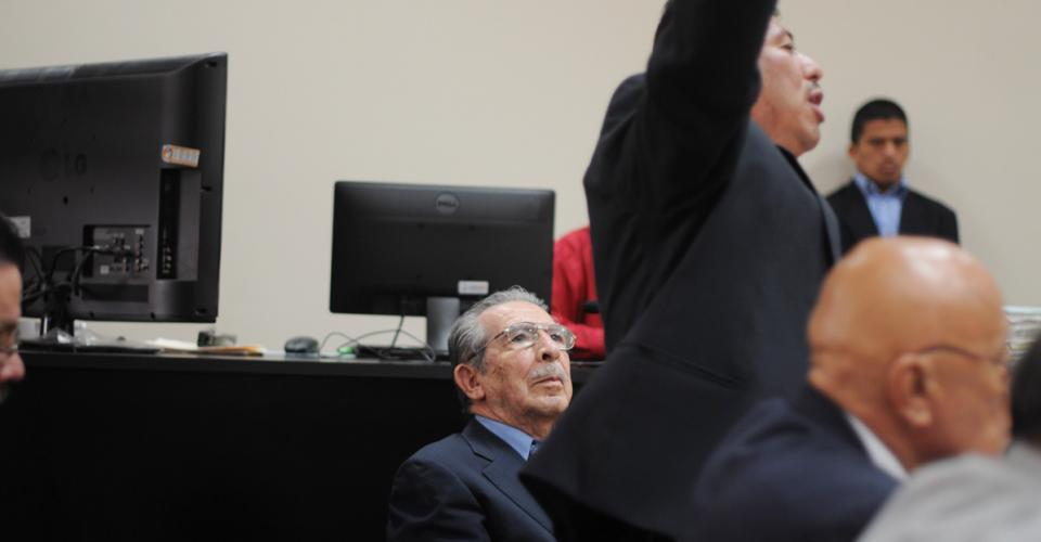 La defensa de Ríos Montt en el uso de la palabra.