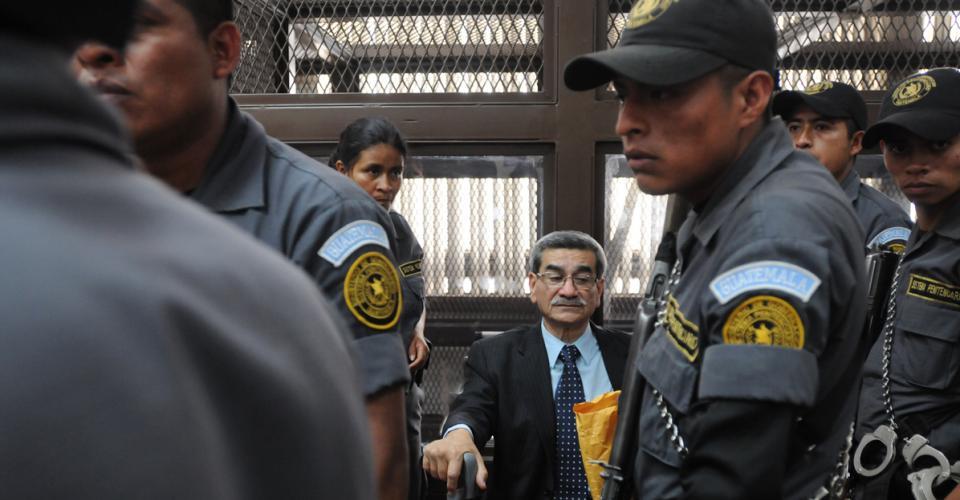 José Rodríguez Sánchez es resguardado por agentes del sistema penitenciario luego de la audiencia.