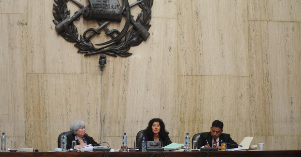 Yassmín Barrios (centro), Patricia Bustamante y Pablo Xitimul, integraron el tribunal que dio inicio con el debate.