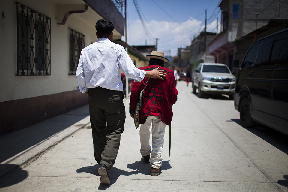 Terminado el testimonio, don Nicolás es acompañado a la sede del Centro para la Acción Legal en Derechos Humanos, CALDH, para descansar