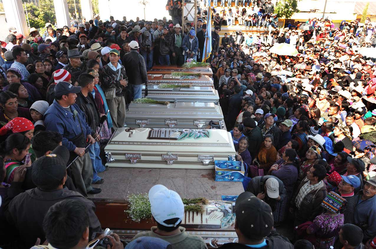 En el parque central de Totonicapán fueron velados los cuerpos de las víctimas.
