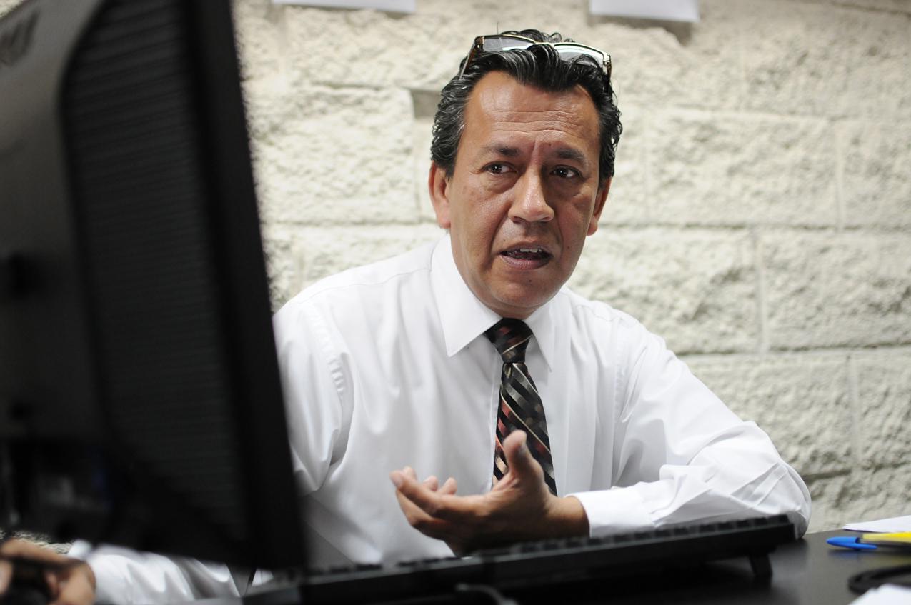 Pérez Girón, asesor ambiental, explica el funcionamiento de la ventanilla.