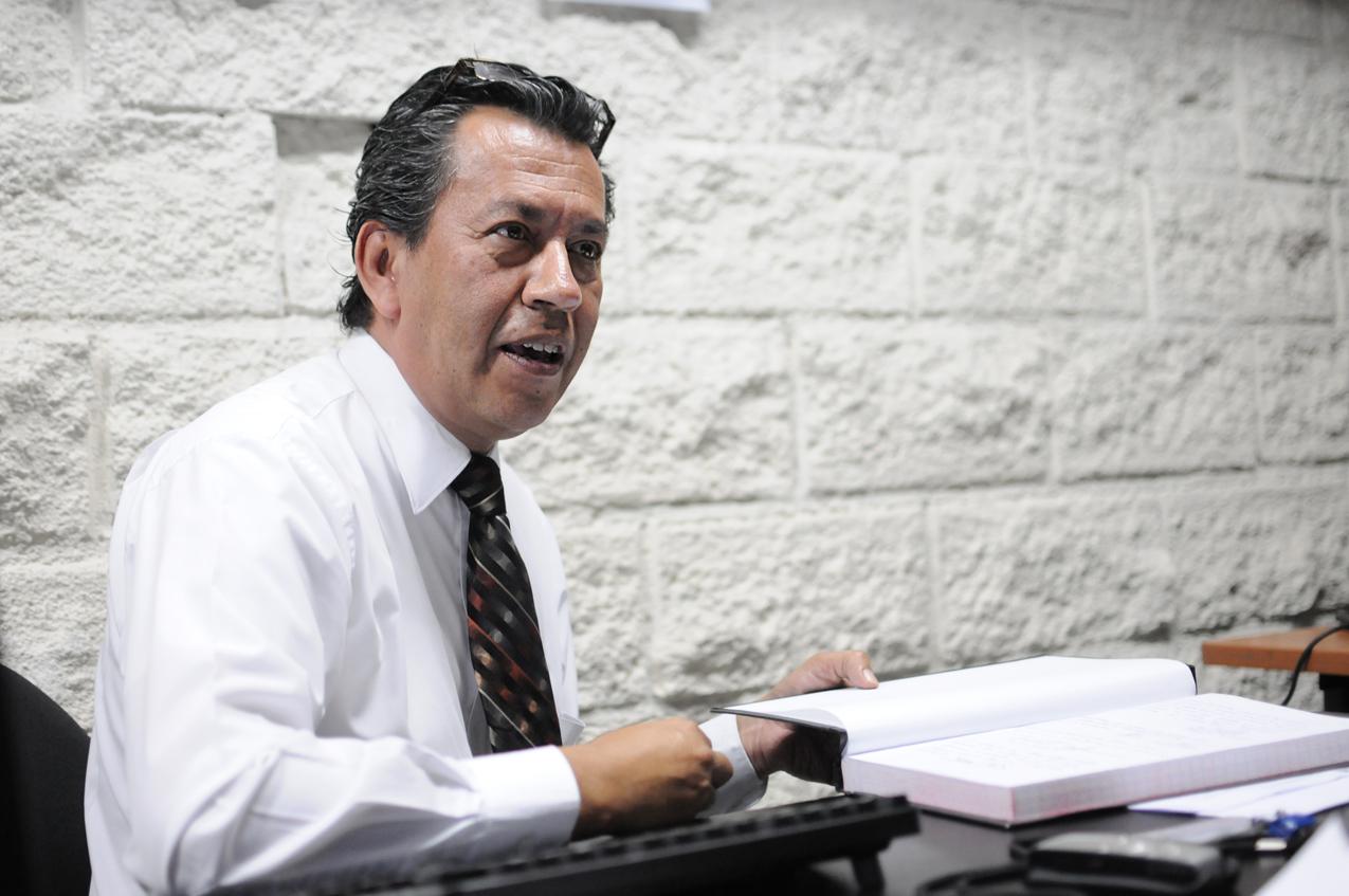Pérez Girón muestra el libro con comentarios de visitantes satisfechos.