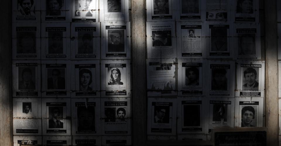 El exterior de la FAFG yacen algunas fotos de desaparecidos durante la guerra.