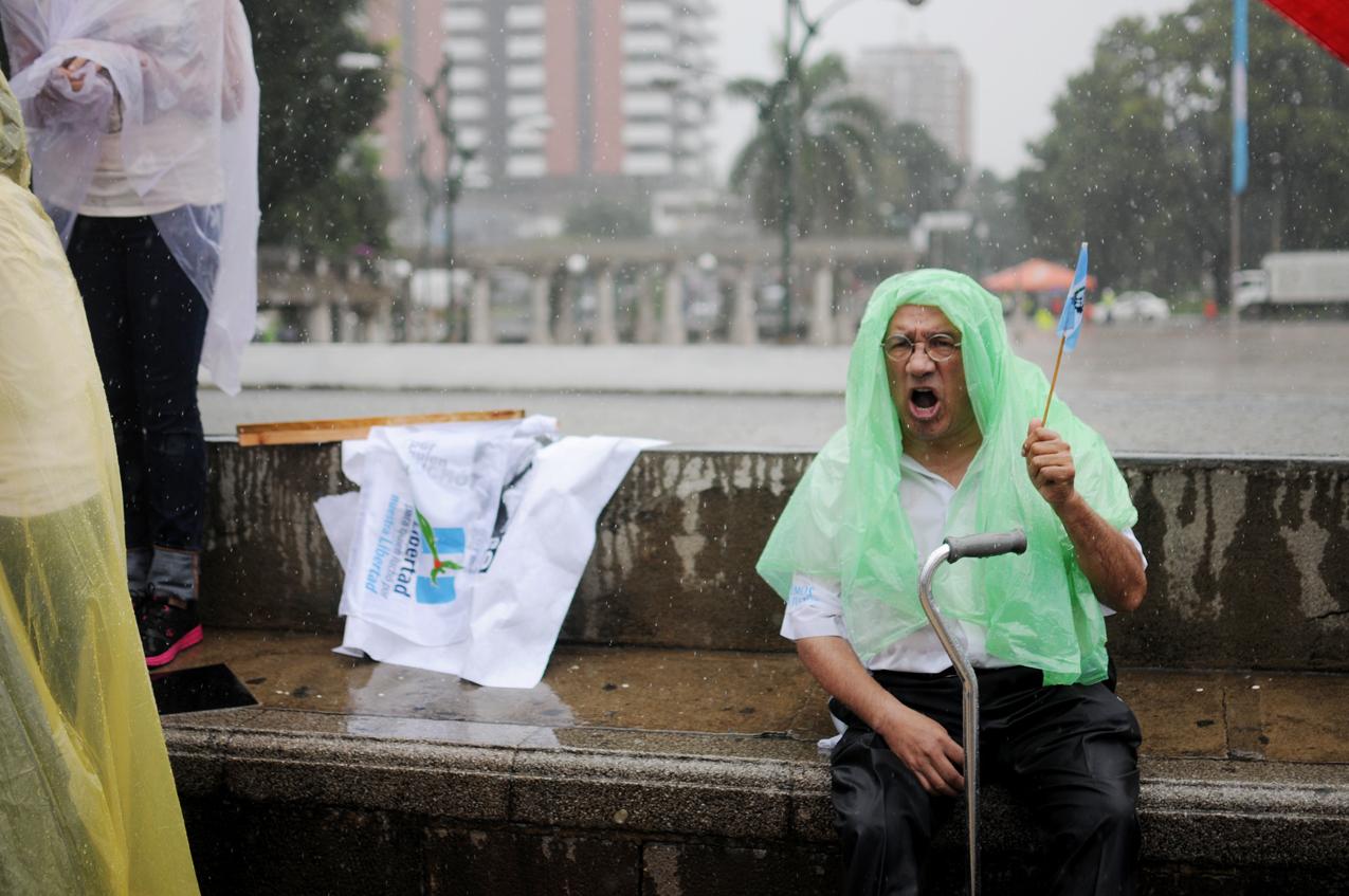 Un ex militar bajo la lluvia.