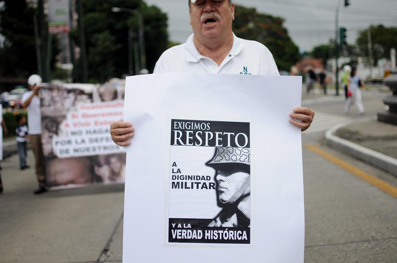 Los manifestantes exigieron respeto a la dignidad militar.
