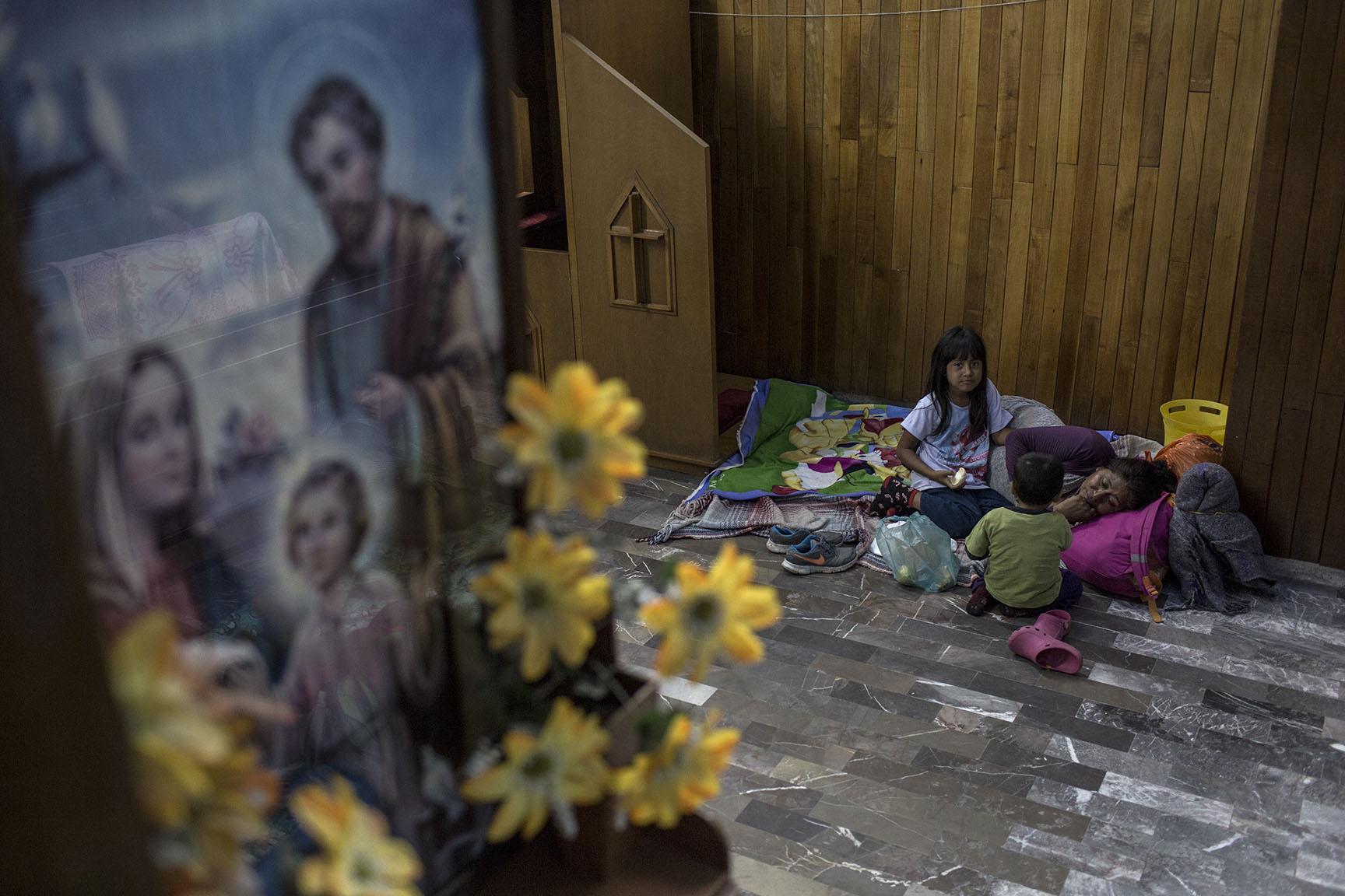 María Luisa Vázquez, 36, originaria de Monjas, Jalapa, Guatemala, pasará la noche al lado del confesionario de la iglesia, junto con sus dos hijos César y Brittany / Simone Dalmasso