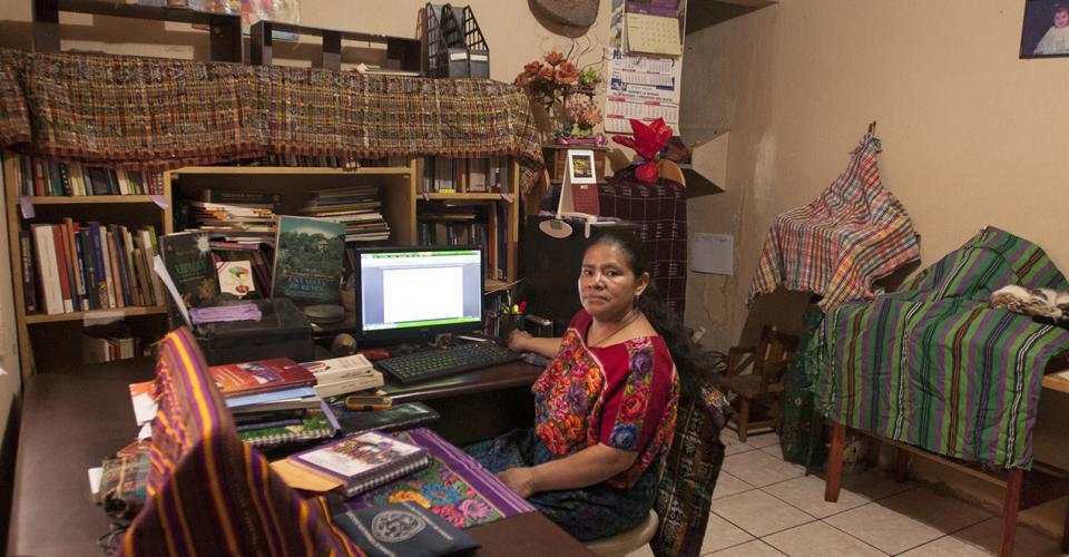 """""""Soy mujer y simbolizo a los """"otros"""" en Guatemala, es decir, los que no son blancos, ladinos/mestizos, escolarizados y de clase media, somos la """"otredad"""". Es aún mayor y marcada la opresión cuando somos mujeres indígenas, porque se suma el patriarcado""""."""