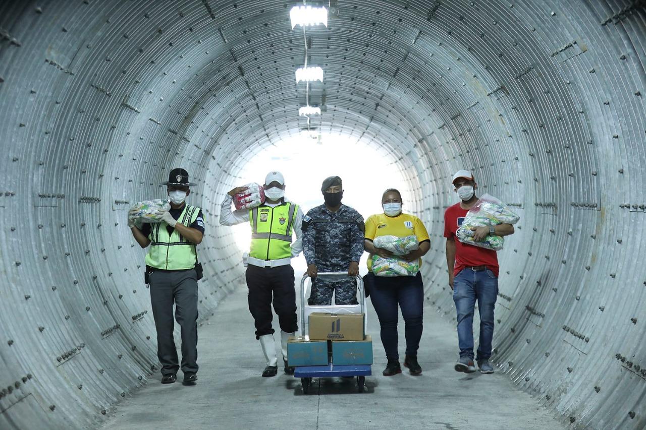 Fuerzas del orden y voluntarios, al servicio de la campaña de distribución de la ayuda alimentaria para la población más afectada por la crisis económica del COVID19.