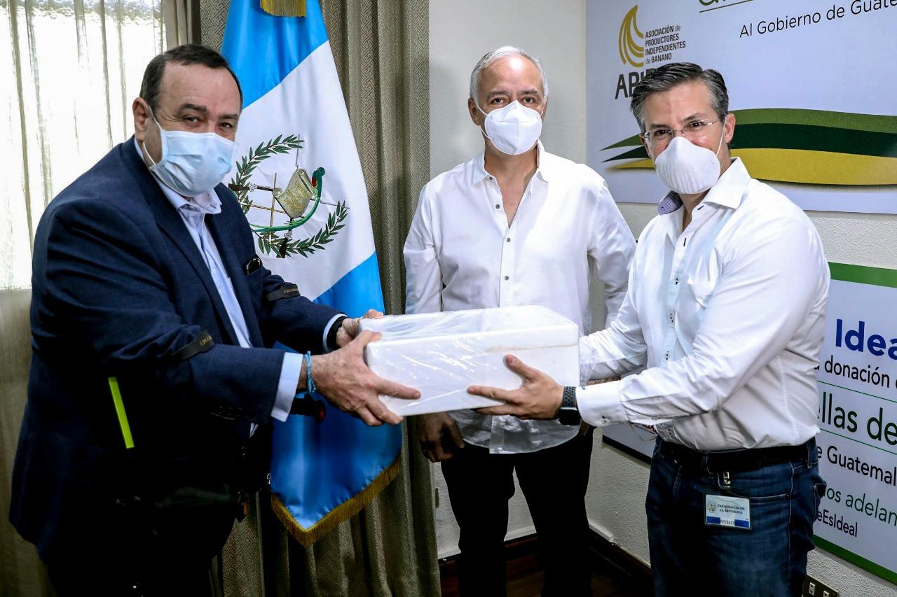 El presidente de la República, Alejandro Giammattei, recibe de las manos del presidente de Fundesa, Salvador Paiz, la donación de 6 mil pruebas para la detección del COVID19, el 06 de abril.