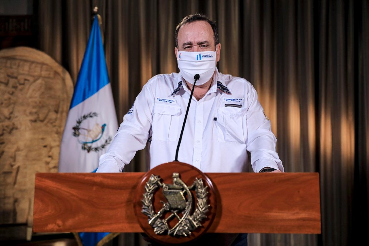 El presidente de la República, Alejandro Giammattei, durante el mensaje en cadena nacional del 15 de abril