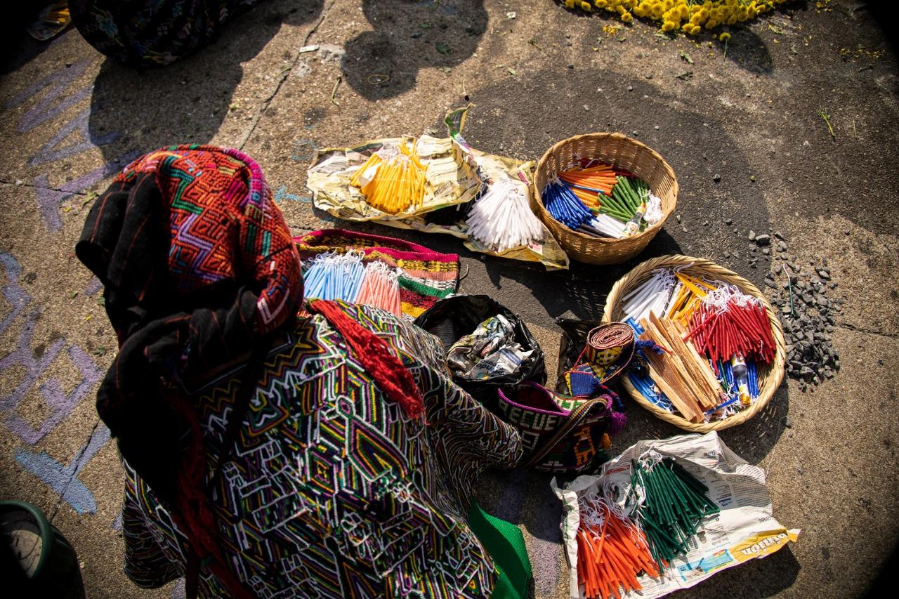 Velas que representan los distintos pueblos para el fuego de la ceremonia maya.