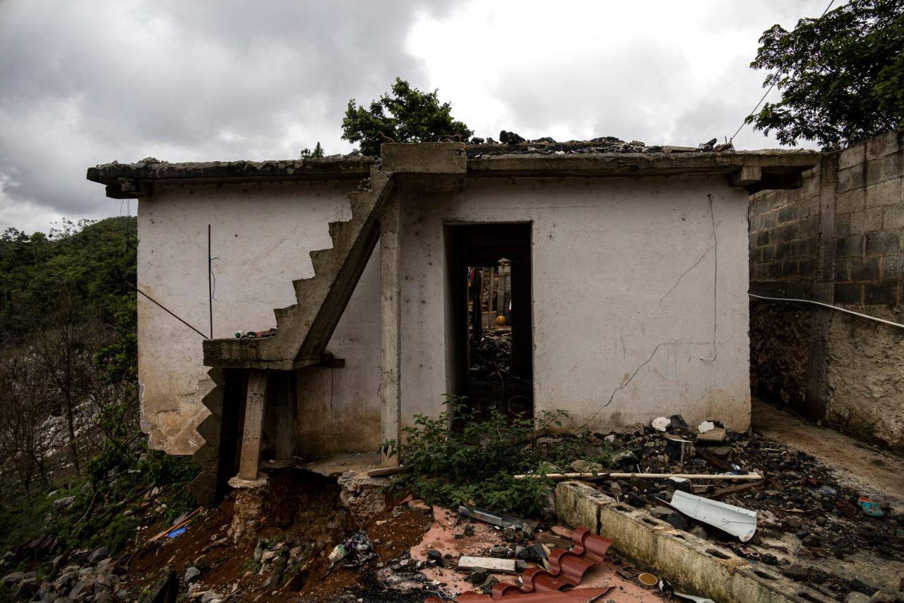 Parte de una casa destruida y abandonada.