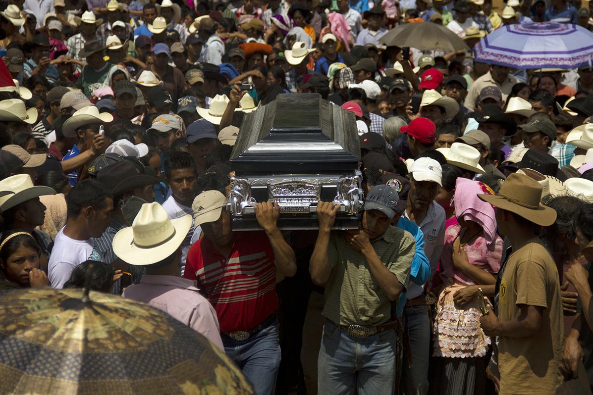 Pobladores de San María Xalapán llevan el cuerpo de Exaltación Marcos Ucelo, quien apareció muerto luego del secuestro.