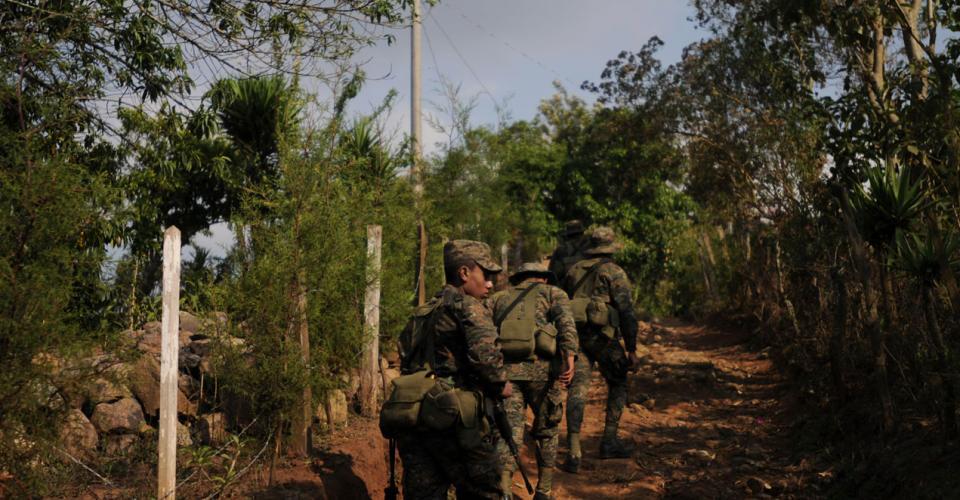 Elementos del ejército fueron desplazados luego de la detención de los 23 policías en abril pasado, una moneda de cambio para negociar el fin de la minería en la zona.