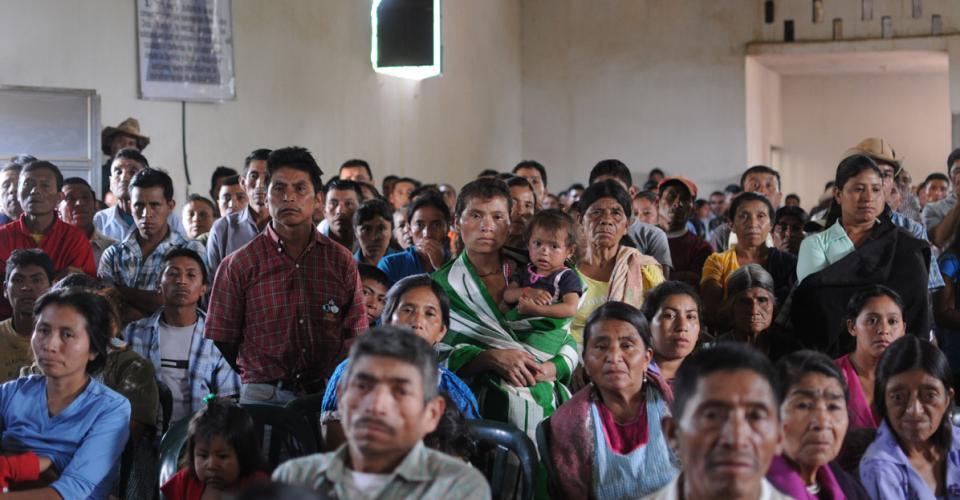 Mujeres, hombres y niños llegaron a la concentración.