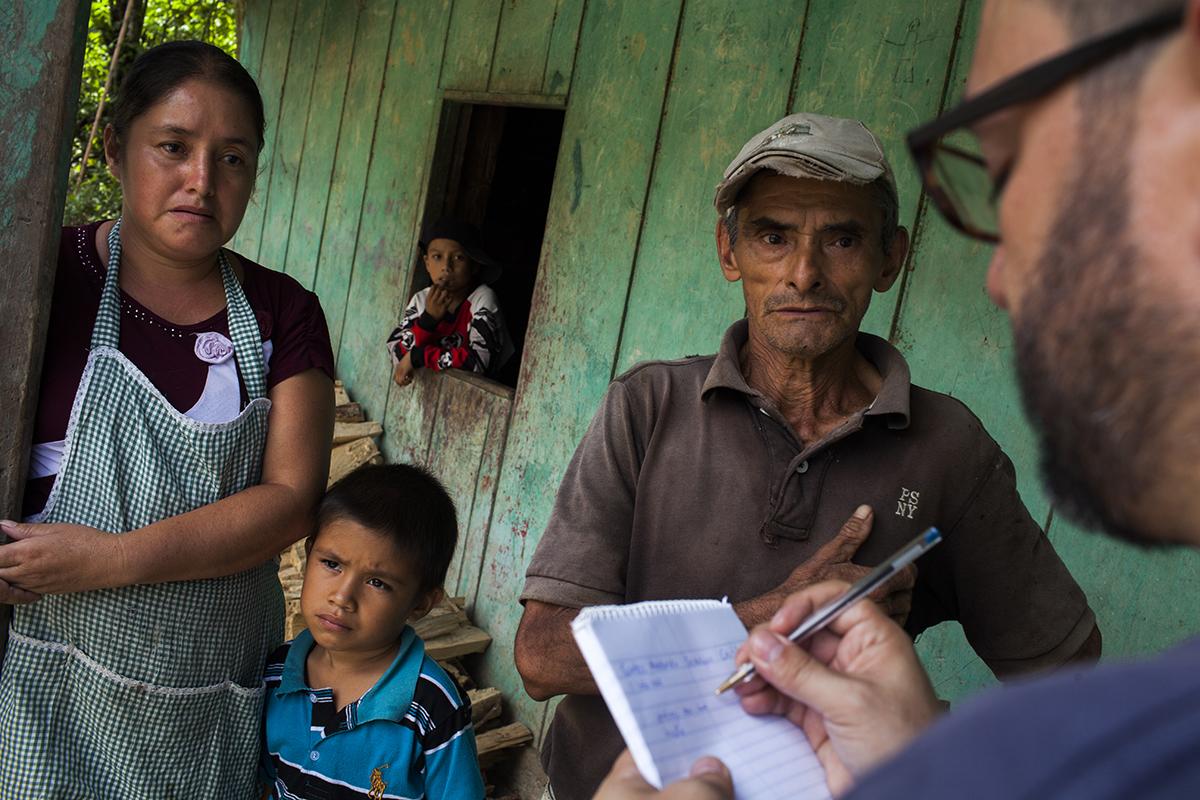Erlinda Lorena Samayoa, mamá de Ferdy Gabino, junto con don Santos, el abuelo y titular de la tierra vendida al coyote.