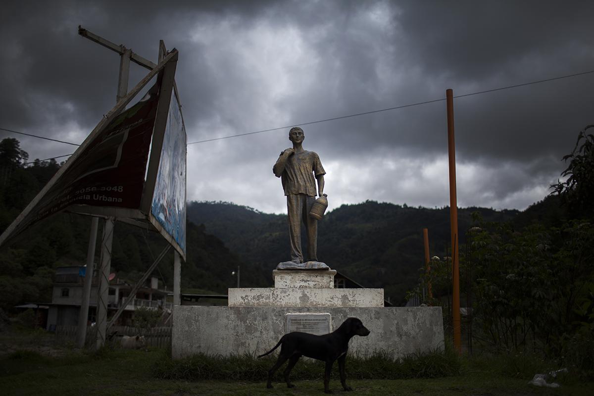 Uno de los monumentos a los migrantes presentes en la carretera principal que une Soloma con Santa Cruz Barillas.